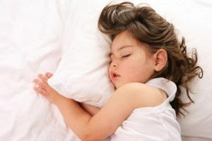 Как уложить ребенка спать днем: простые правила